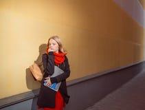 Retrato de una muchacha joven del estudiante que sostiene cuadernos Fotos de archivo libres de regalías
