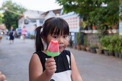 Retrato de una muchacha linda con helado el aire libre Imagen de archivo