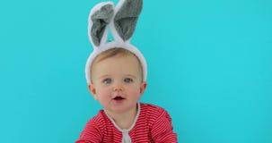 Retrato de una muchacha linda del pequeño niño con los oídos del conejito almacen de video