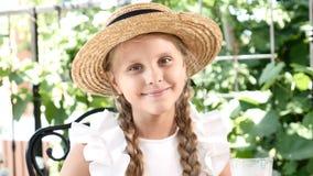 Retrato de una muchacha linda que muestra muestras de la aprobación Pulgares para arriba La niña bonita bebe el chocolate calient metrajes