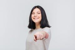 Retrato de una muchacha morena bonita que señala el finger adelante Imagenes de archivo