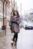 Retrato de una muchacha morena elegante joven en del gris una chaqueta abajo Fotografía de archivo libre de regalías