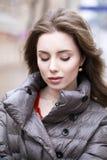 Retrato de una muchacha morena elegante joven en del gris una chaqueta abajo Fotografía de archivo