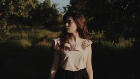 Retrato de una muchacha morena hermosa encantadora con una sonrisa linda con maquillaje natural en ropa elegante del verano contr almacen de metraje de vídeo