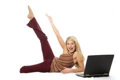 Retrato de una muchacha muy feliz con el ordenador Fotografía de archivo