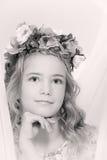 Retrato de una muchacha pensativa con una guirnalda de flores en su cabeza Fotos de archivo