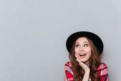 Retrato de una muchacha preciosa en camisa del sombrero y de tela escocesa Fotografía de archivo
