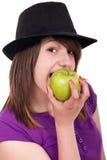 Retrato de una muchacha que come una manzana Fotos de archivo libres de regalías