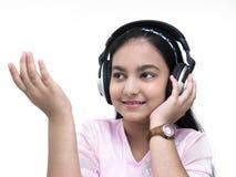 Retrato de una muchacha que escucha la música Imagen de archivo libre de regalías