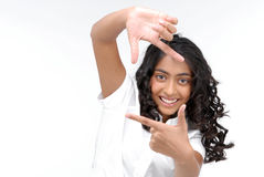 Retrato de una muchacha que hace un marco de la mano Imagen de archivo libre de regalías