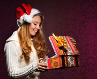 Retrato de una muchacha que lleva a cabo un regalo de Navidad Fotografía de archivo libre de regalías