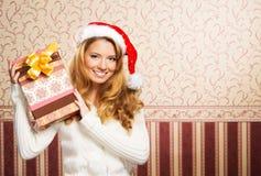 Retrato de una muchacha que lleva a cabo un regalo de Navidad Fotos de archivo