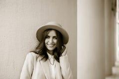 Retrato de una muchacha que lleva un sombrero y una capa fotografía de archivo libre de regalías