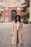Retrato de una muchacha que lleva un sombrero y una capa Fotos de archivo
