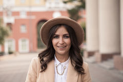Retrato de una muchacha que lleva un sombrero y una capa Foto de archivo