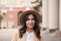 Retrato de una muchacha que lleva un sombrero y una capa Imagen de archivo libre de regalías