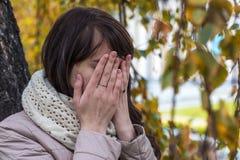 Retrato de una muchacha que llora con el pelo rizado Fotografía de archivo libre de regalías