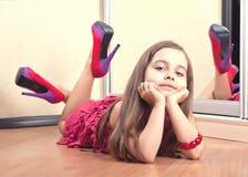 Retrato de una muchacha que miente en el piso Foto de archivo