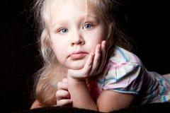 Retrato de una muchacha que se inclina en el brazo del niño Fotos de archivo libres de regalías