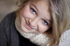 Retrato de una muchacha que sonríe en la cámara Fotografía de archivo libre de regalías