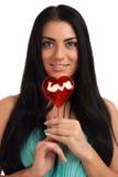 Retrato de una muchacha que sostiene el caramelo de la dimensión de una variable del corazón Fotografía de archivo libre de regalías