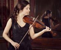 Retrato de una muchacha que toca el violín Imágenes de archivo libres de regalías