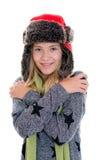 Retrato de una muchacha rubia agradable con el casquillo y la bufanda de la piel Imagen de archivo