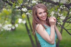 Retrato de una muchacha rubia hermosa en colores Foto de archivo