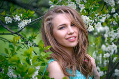 Retrato de una muchacha rubia hermosa en colores Imagenes de archivo