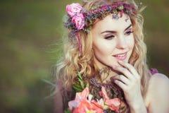 Retrato de una muchacha rubia hermosa en un vestido rosado con mirada misteriosa Imagen de archivo