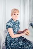 Retrato de una muchacha rubia hermosa smilling que sostiene el cráneo imagen de archivo