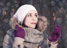 Retrato de una muchacha rubia joven en bosque del invierno en el parque Fotografía de archivo
