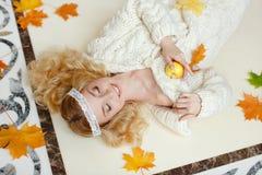 Retrato de una muchacha rubia sensual apacible que miente en el piso con Fotos de archivo