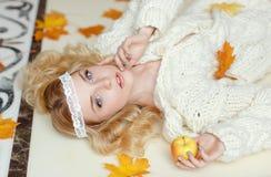 Retrato de una muchacha rubia sensual apacible que miente en el piso con Imagen de archivo