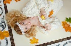 Retrato de una muchacha rubia sensual apacible que miente en el piso con Fotografía de archivo libre de regalías