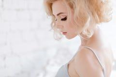 Retrato de una muchacha rubia sensual y atractiva hermosa en los vagos blancos fotos de archivo