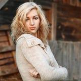 Retrato de una muchacha rural hermosa con los ojos azules En el backgr Fotos de archivo