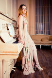 Retrato de una muchacha sobre el piano Imagenes de archivo
