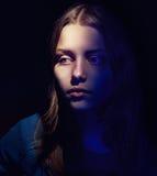 Retrato de una muchacha sola que piensa en algo Fotos de archivo