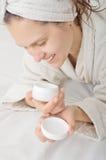 Retrato de una muchacha sonriente con crema a disposición Imagen de archivo libre de regalías