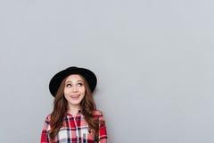 Retrato de una muchacha sonriente en camisa del sombrero y de tela escocesa Imágenes de archivo libres de regalías