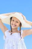 Retrato de una muchacha sonriente en un sombrero blanco Fotos de archivo