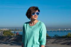 Retrato de una muchacha sonriente encantadora en gafas de sol divertidas Imagen de archivo libre de regalías