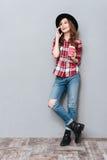 Retrato de una muchacha sonriente feliz que habla en el teléfono móvil Fotos de archivo libres de regalías