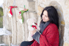 Retrato de una muchacha sonriente hermosa que juega con el oso de peluche en invierno Fotos de archivo