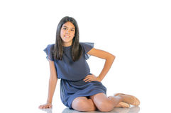 Retrato de una muchacha sonriente que mira la cámara Imagen de archivo