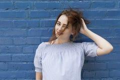 Retrato de una muchacha traviesa joven Fotografía de archivo