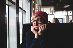 Retrato de una muchacha triste con los vidrios Foto de archivo libre de regalías