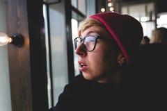 Retrato de una muchacha triste con los vidrios Fotos de archivo