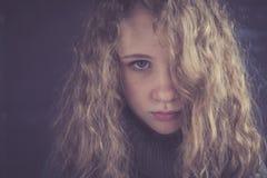 Retrato de una muchacha triste joven Fotos de archivo